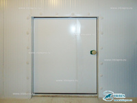 Холодильная камера, оснащенная промышленной распашной дверью
