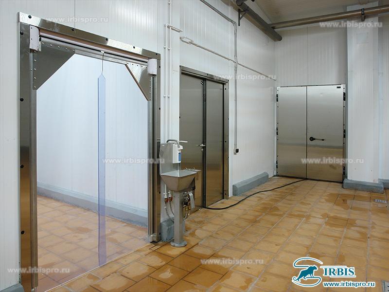 Комплекс маятниковых пленочных и холодильных дверей специального назначения